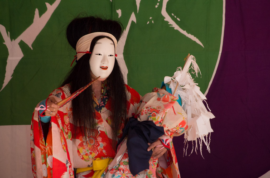 荒雄川神社祭典「御神楽奉納」のキツネの化身である「葛の葉」